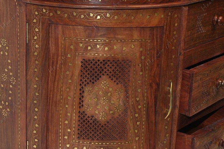 深褐色的木衣柜
