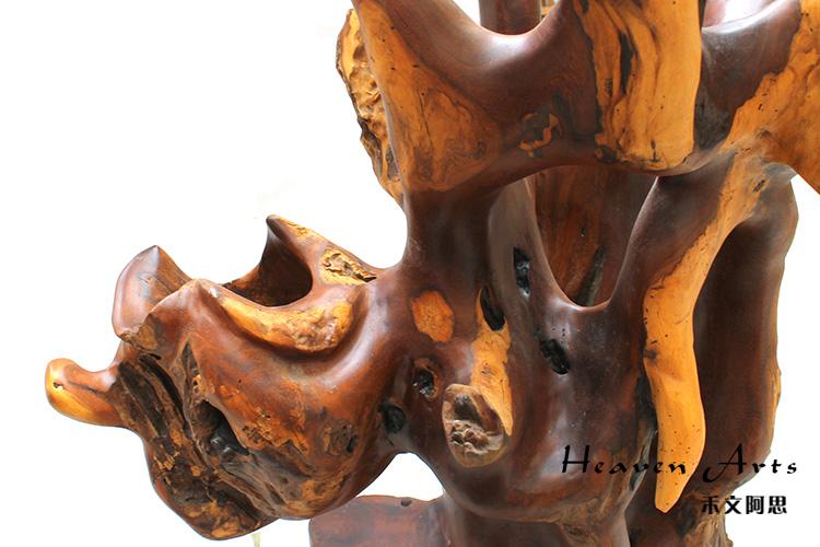 能工巧匠以红木树根自然形态为艺术创作对象,在构思立意中对树根做多