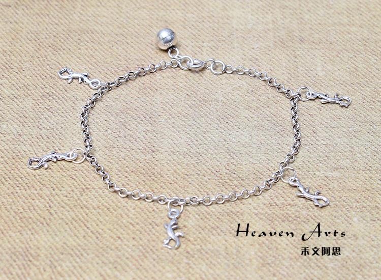 镶嵌着各类宝石的手链在生活中佩戴时要给予适当