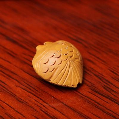 手工雕刻桃木挂坠-杏核鱼1.8*1.4cm(配件/个价)