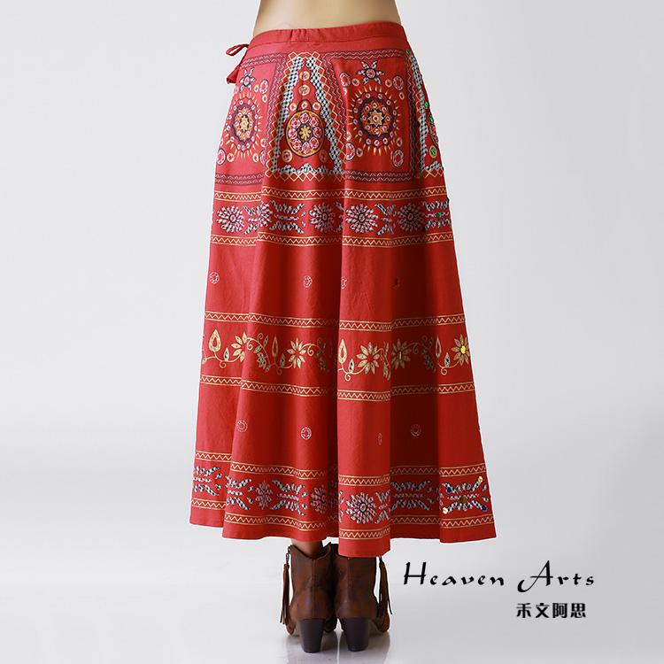 火红色的裙子上古老而雅致的民族花纹,在亮片的点缀之下散发美妙的