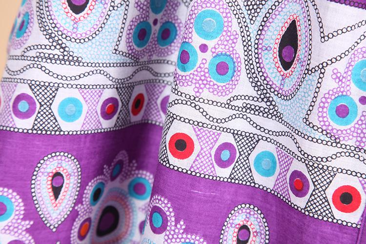紫色的半截裙上描绘着清新雅致的花纹