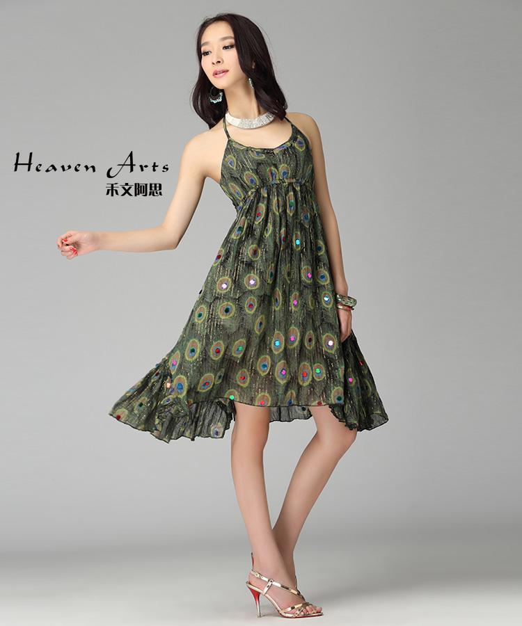 抹胸吊带裙以一种简单的方式勾勒
