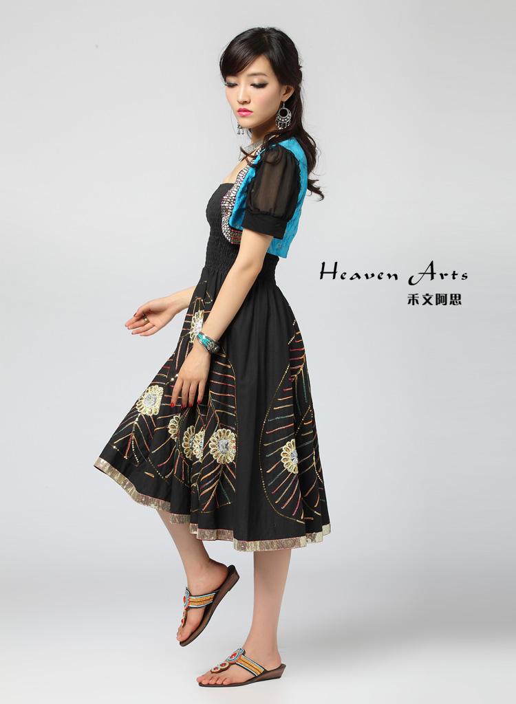 彩色的亮片绣在黑色的裙子上点缀