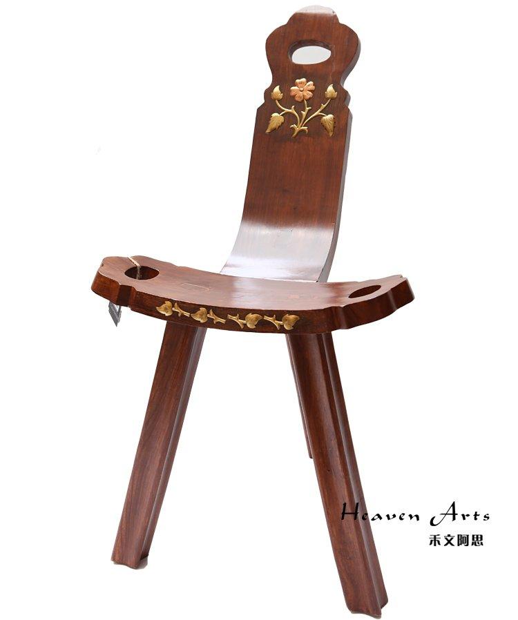 凳子是生活中最稀松平常的坐具,它的使用历史非常悠久,形式也很多。随着社会的发展,人们对生活品味越来越重视,在家居装饰上面也就格外上心。这一表现在家具的选择上尤为显著,造型艺术,设计创意的家具往往比一般家具更受到人们的青睐。一款好的家具,以其优美的外观便能够完美的点缀出一个家庭的风味和品味。   禾文阿思专为爱家之人精心设计了一款别致的酸枝木凳子。优美的造型之下,直线曲线自然的过度,用简单的线条勾勒出雅致的外观。三角的支架搭配实木的制作,使凳子给人亲近感之余还有稳稳的安全感。三个椭圆的空洞分布在凳子上,